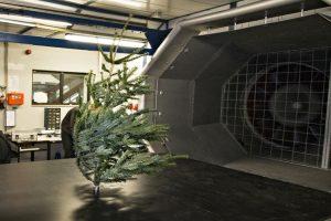 20171201_NL-WE-Weihnachtsbaum_im_Windkanal_ausschnitt.jpg
