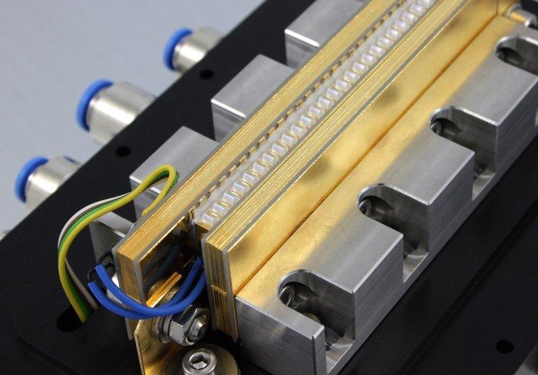 Hochleistungslaserstack,_3_kW-Stack,_gelinst,_FAC_Linse,_mit_DCB-Kühler,_für_Kurzpulslaser-Projekt_mit_MBI