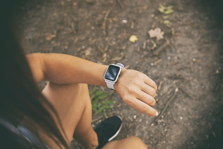 Smart_watch_on_the_woman's_hand