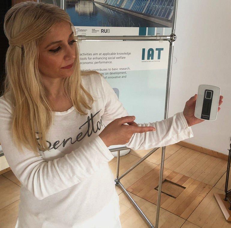 """Dr._Songül_Secer_zeigt_ein_Tele-EKG-Gerät,_wie_es_im_Projekt_""""Smart_Reha""""_zum_Einsatz_kommt."""