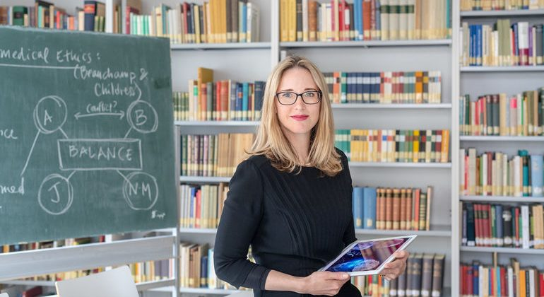 Alena_M._Buyx,_Professorin_für_Ethik_der_Medizin_und_Gesundheitstechnologien_an_der_Technischen_Universität_München_(TUM)_in_ihrem_Büro.__ENGLISH_VERSION:_Alena_M._Buyx,_Professor_of_Ethics_in_Medicine_and_Health_Technologies_at_the_Technical_University_o