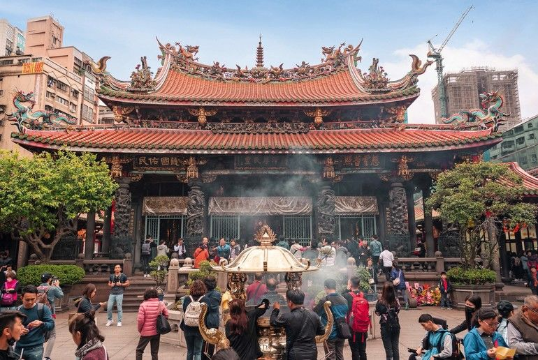 Taiwan_February_28_2019.A_lot_of_people_at_Longshan_Buddhist_temple,_landmark_temple_in_taiwan_.