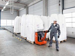 '_2012_okt_09_plakatkampagne_2016_wesseling_cp_001.j__'_Ein_Evonik-Mitarbeiter_transportiert_eine_Ladung_mit_großen_Produktsäcken_mithilfe_eines_hydraulischen_Hubwagens._-------_An_Evonik_employee_uses_a_hydraulic_lift_truck_to_transport_a_load_of_large_p