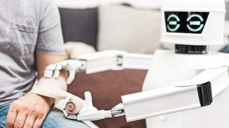 Medizinischer_Roboter_legt_einem_Mann_oder_Patienten_einen_Verband_an,_Assistenz_oder_Service_Roboter_hilft_in_der_Pflege