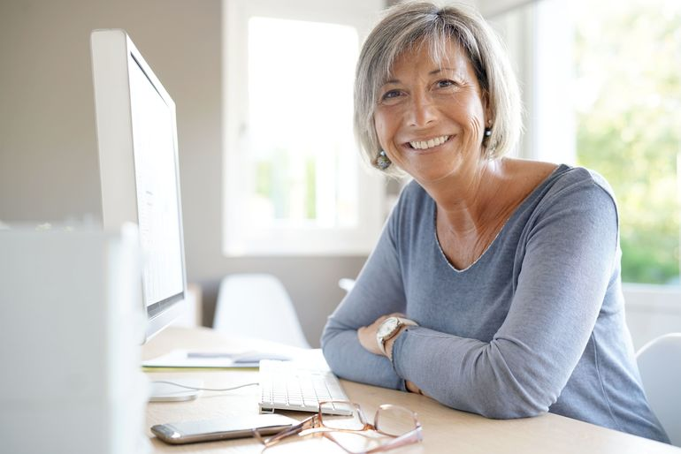 Portrait_of_mature_businesswoman_working_on_desktop